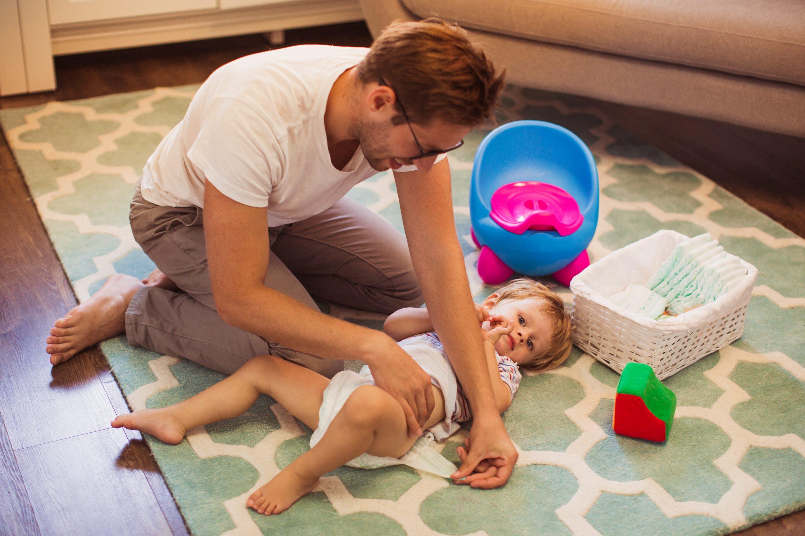 Что делать, если ребенок снимает памперс?