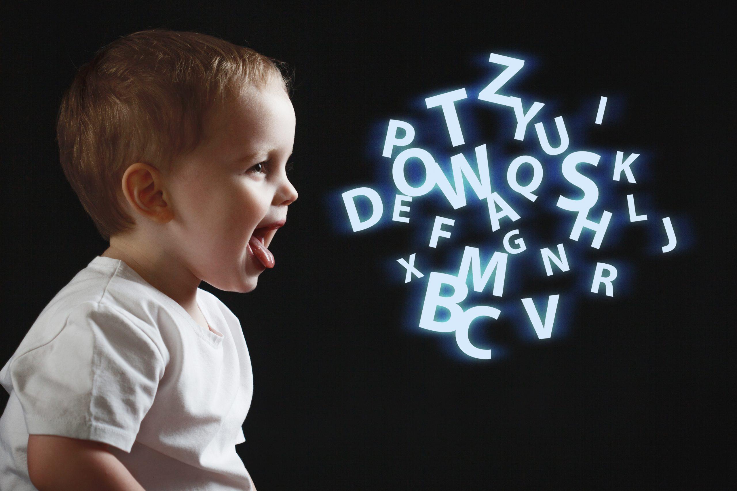 Когда ребенок говорит первое слово, и как ему помочь развивать речь