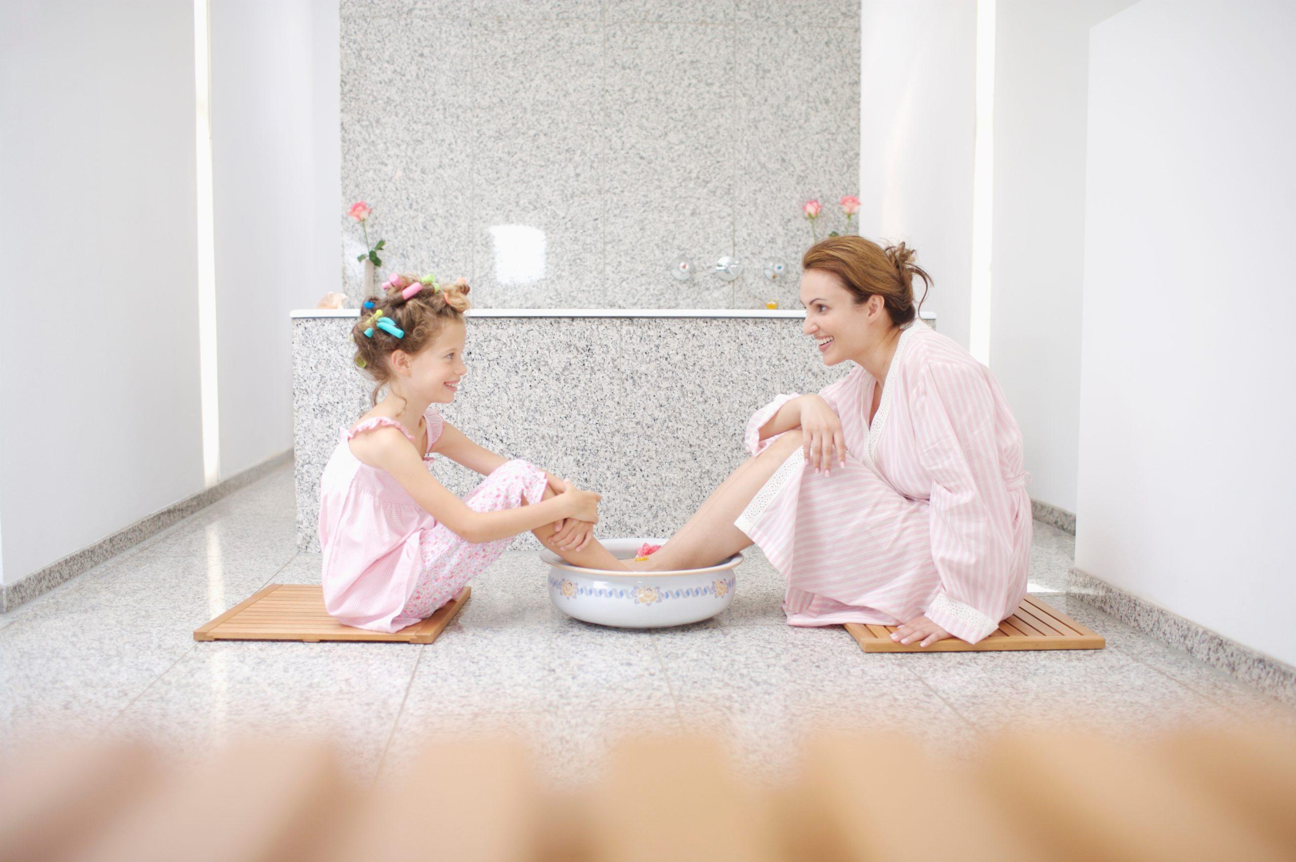 Как парить ноги ребенку: делаем процедуру правильно