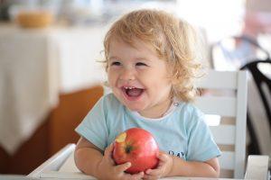 В яблоках содержится много витаминов и микроэлементов, например, железо