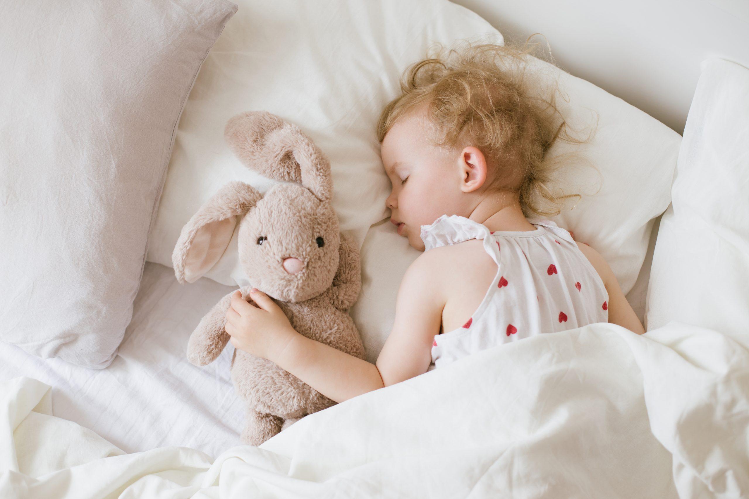 Ребенок дергает руками и ногами, когда засыпает